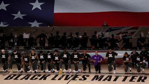 Los jugadores de Lakers y Clippers escuchan el himno arrodillados y con camisetas de Black Lives Matter.