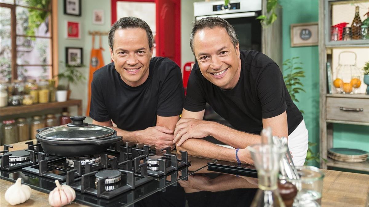 Los chefs Sergio y Javier Torres, en el programa de TVE-1 'Torres en la cocina'.