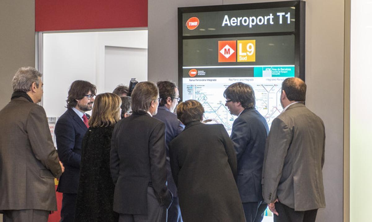 Las autoridades que han inaugurado la L9 Sur del metro, en la estación de la Terminal 1 del aeropuerto.