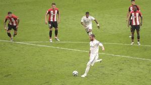 Ramos lanza el penalti que le da el triunfo al Madrid en San Mamés.