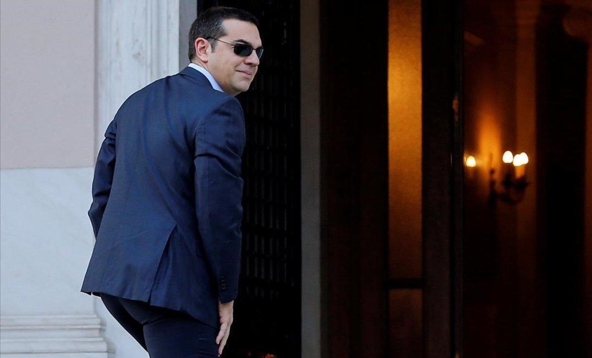 El primer ministro griego, Alexis Tsipras, a su llegada a la reunión que ha mantenido con el ministro de Defensa y líder del partido ANAP, Panos Kammenos.