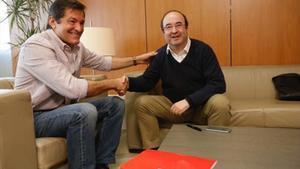 Javier Fernández y Miquel Iceta se saludan en la sede del PSOE en Madrid.