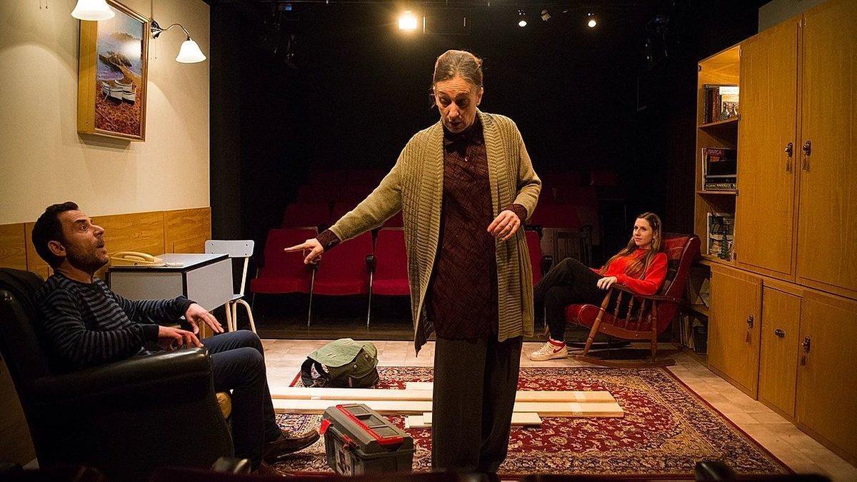 Eduard Buch y Teresa Vallicrosa, con Sara Diego al fondo, en una escena.