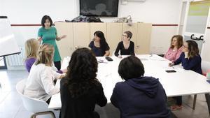 Un grupo de madres realiza un taller de constelación familiar, junto a Sara Escudero, psicóloga del SOAF de la Fundación Marianao, en Sant Boi de Llobregat.