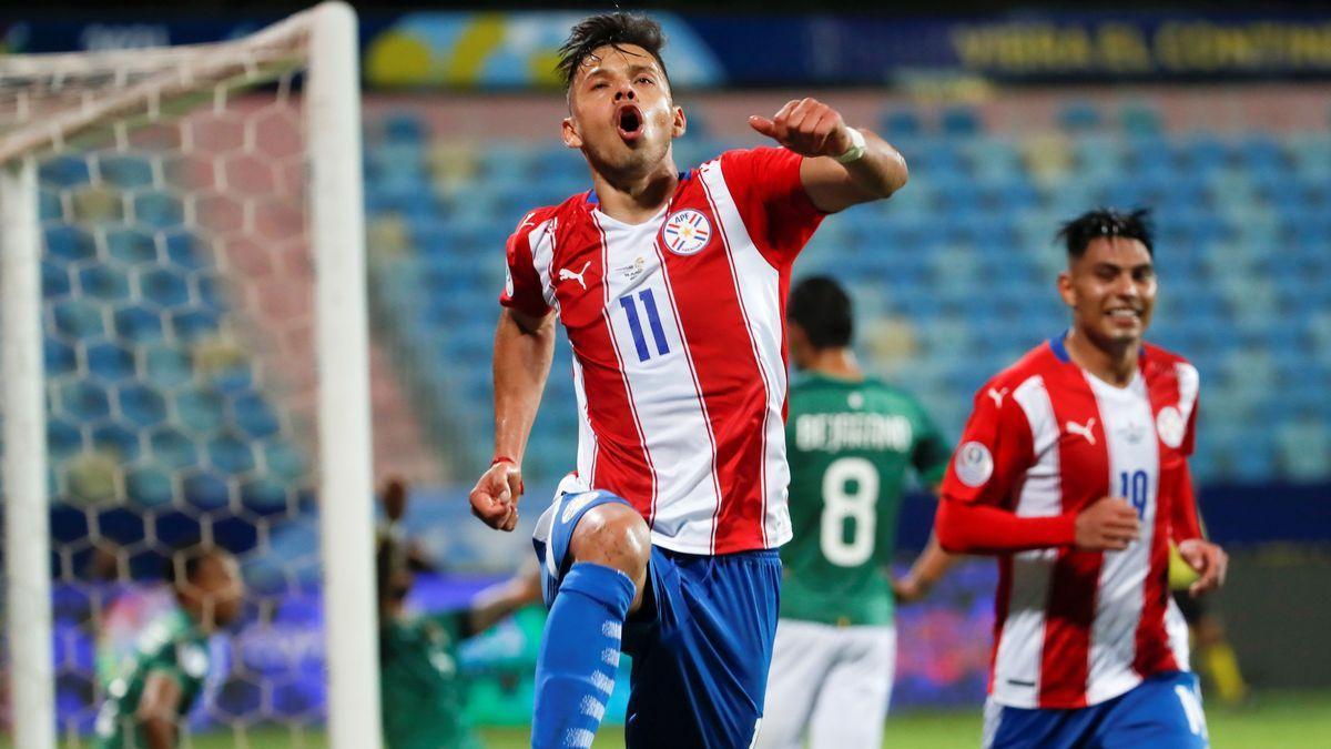 Los paraguayos celebran uno de sus tres goles.