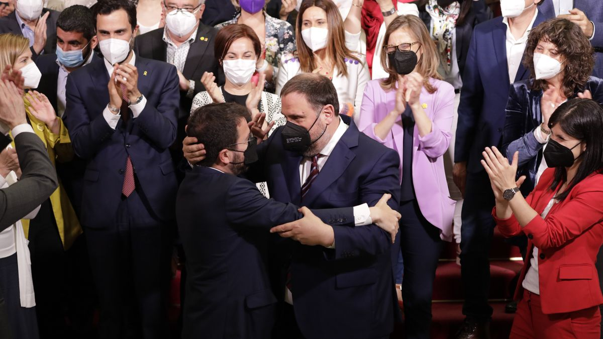 Pere Aragonès (a la izquierda), abraza al presidente de ERC, Oriol Junqueras, tras ser investido presidente de la Generalitat, el 21 de mayo.