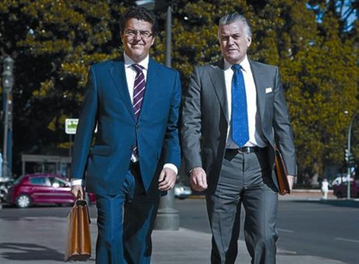 Bárcenas (derecha) acude con su abogado a los juzgados de Valencia, el pasado mes de mayo.