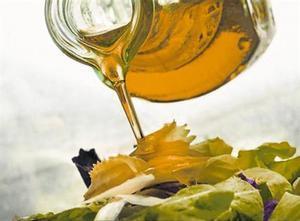 Aceite de oliva virgen usado como aliño en una ensalada.