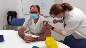 Sanitarios del Hospital Vall d'Hebron reciben la vacuna del covid-19.