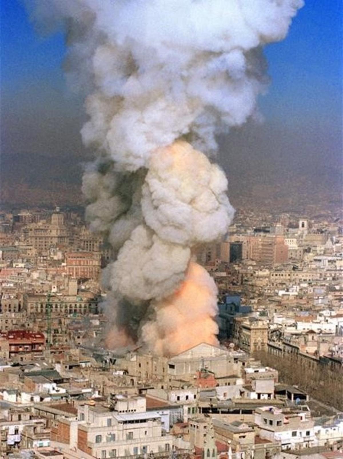 El incendio del Liceu en el momento en que se deplomóel techo y se levantaron enormes llamaradas.