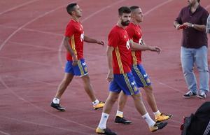 Thiago detrás de Piqué, en el entrenamiento del lunes en Las Rozas.