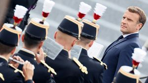 Emmanuel Macron pasa revista a la guardia de honor durante la ceremonia militar anual del Día de la Bastilla, en París, este martes 14 de julio.