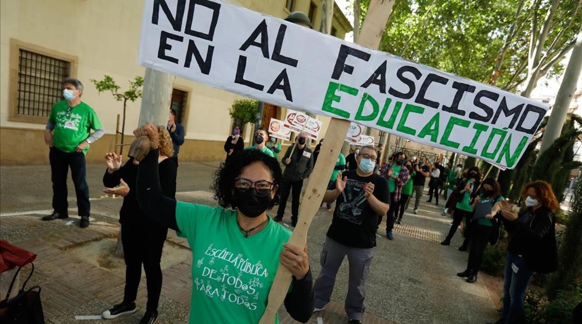 Protesta contra la entrada de una tránsfuga de Vox en la cartera de Educación del Gobierno de Murcia.