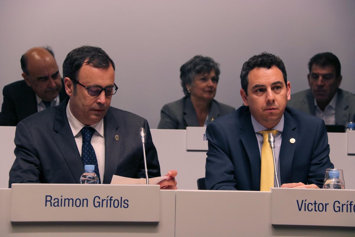 Raimon Grífols y Víctor Grífols Déu, durante una junta de accionistas de la compañía.