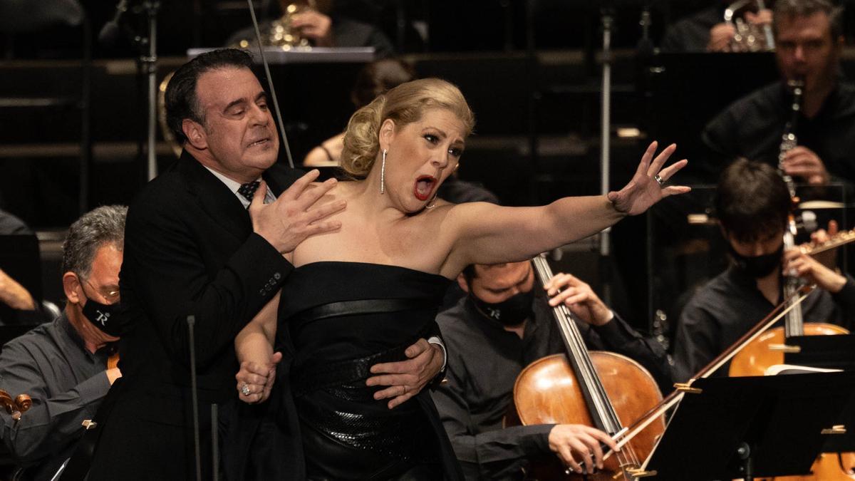Sondra Radvanovsky y Carlos Álvarez, en 'Tosca'.