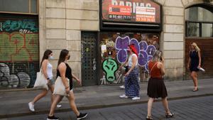 Uno de los muchos locales cerrados en la calle de Ferran.