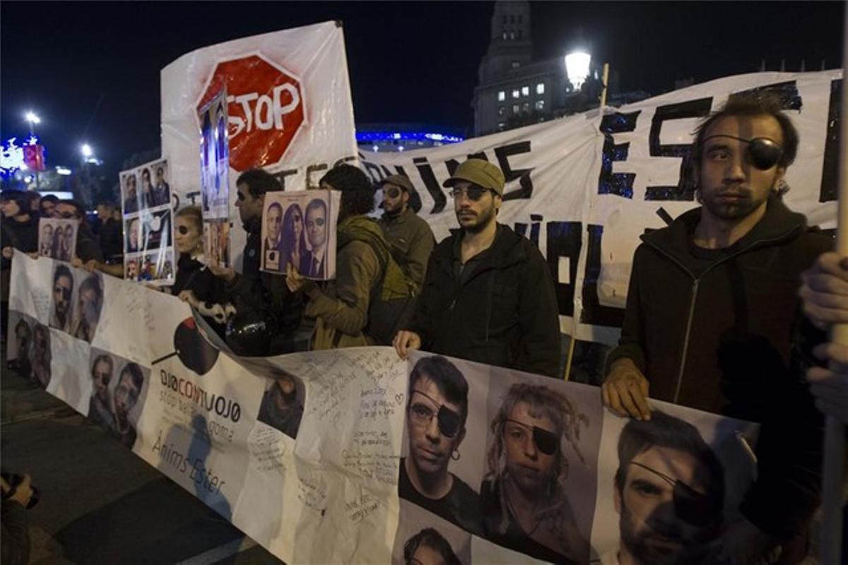 Manifestación en la plaza de Catalunya para pedir la prohibición del uso de las pelotas de goma, el 22 de noviembre.