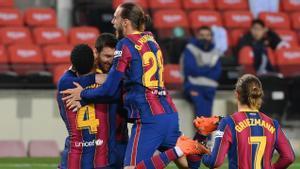 Araújo y Mingueza felicitan a Messi tras un gol al Valencia.