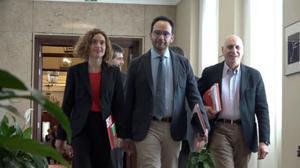 Imágenes de la entrada de los participantes en la reunión de PSOE, Podemos y Ciudadanos en el Congreso.