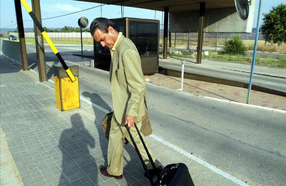 Mario Conde llega a la cárcel de Alcalá-Meco tras disfrutar de un permiso carcelario, en julio del 2004.