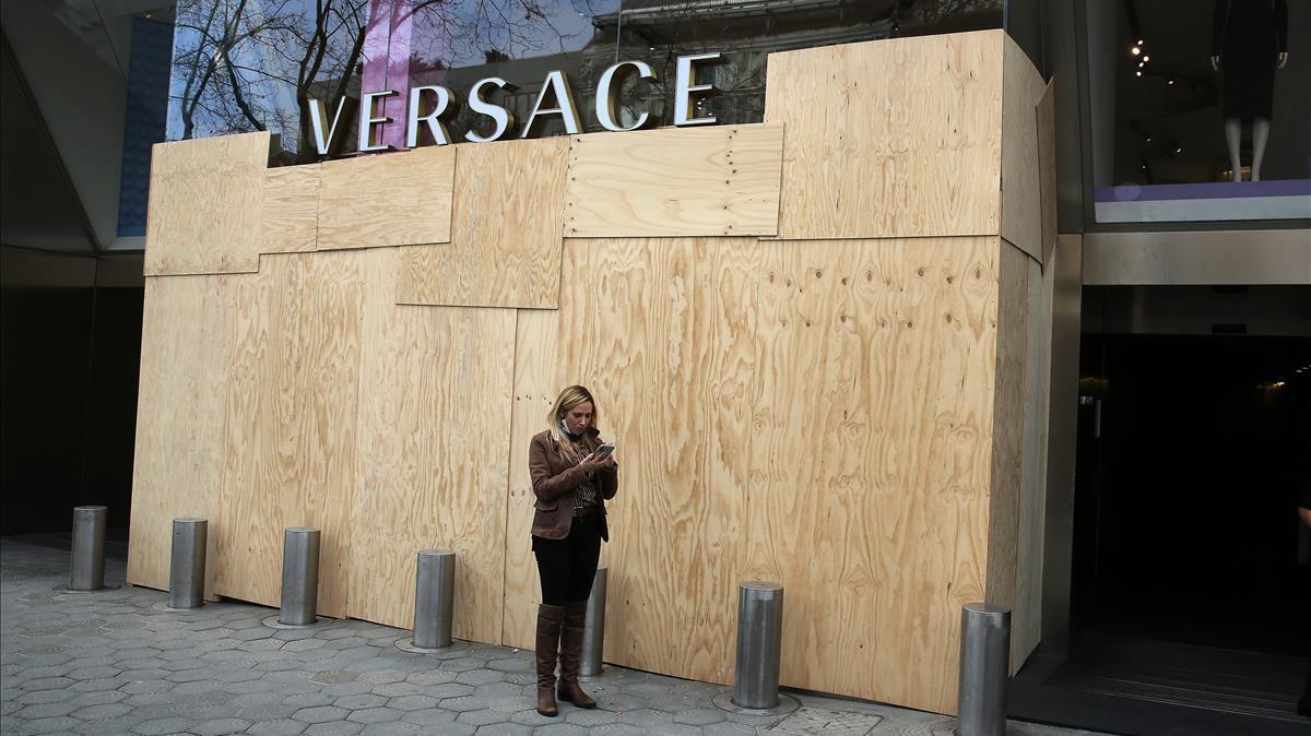 La tienda de Versace, totalmente protegida con paneles y cerrada, tras haber sido saqueada.
