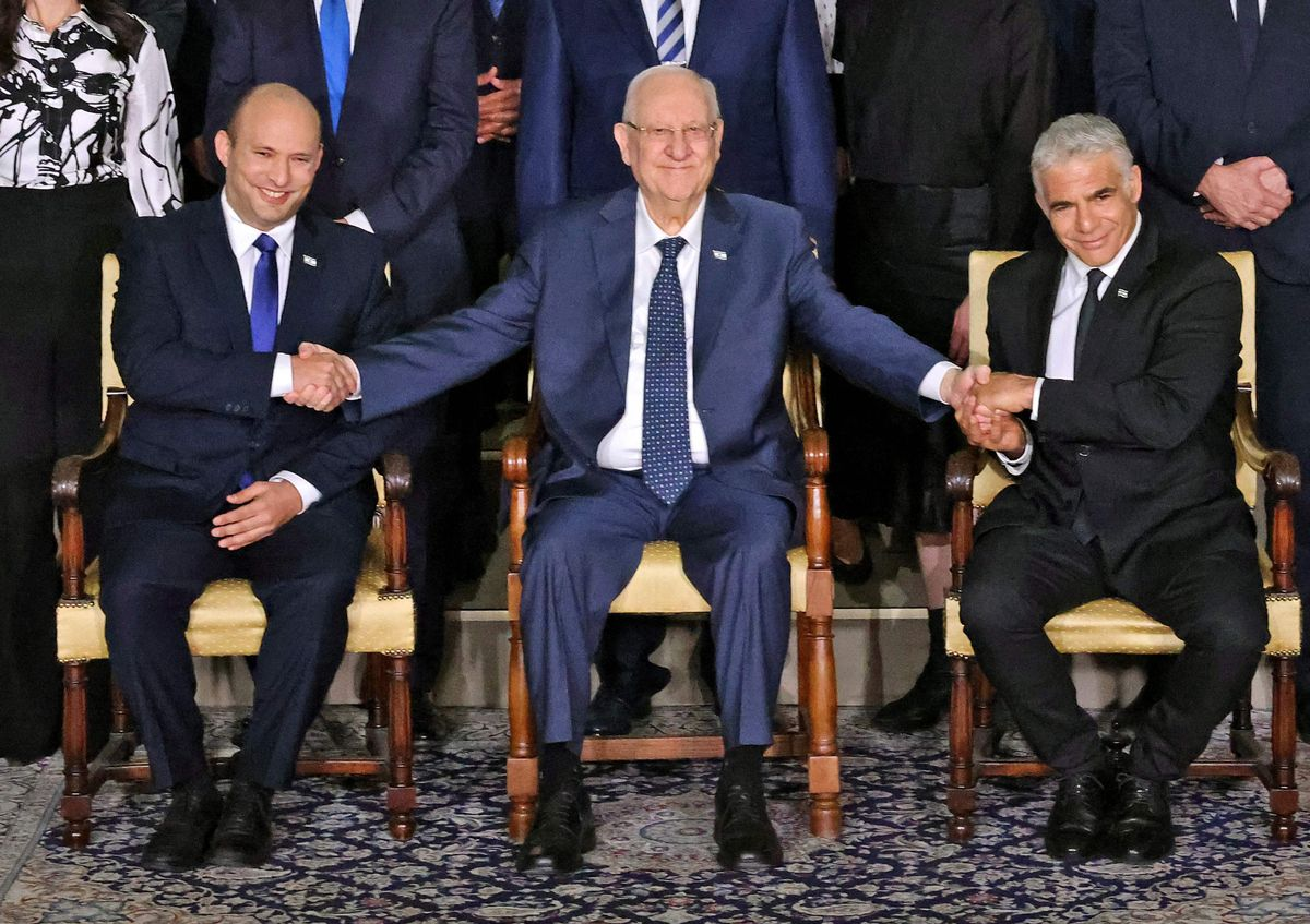Reuvin Rivlin, presidente de Israel, rodeado de Naftali Bennett (izquierda) y Yair Lapid (derecha).