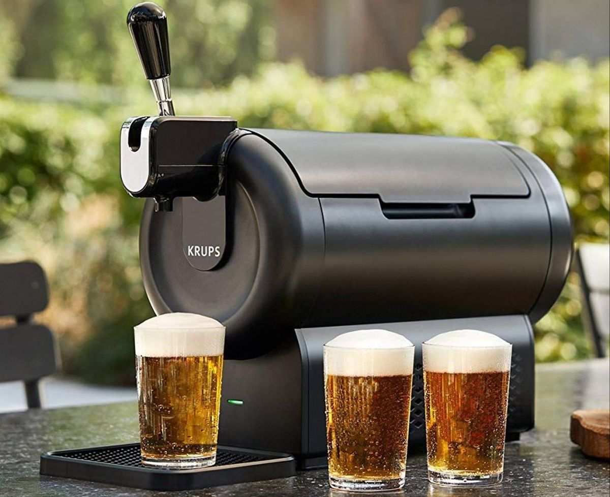 El placer de degustar una cerveza fría en casa