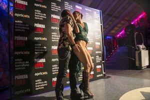 Dos asistentes a la gala de entrega de los Premios Ninfa Primera Línea, en la sala Danzatoria.