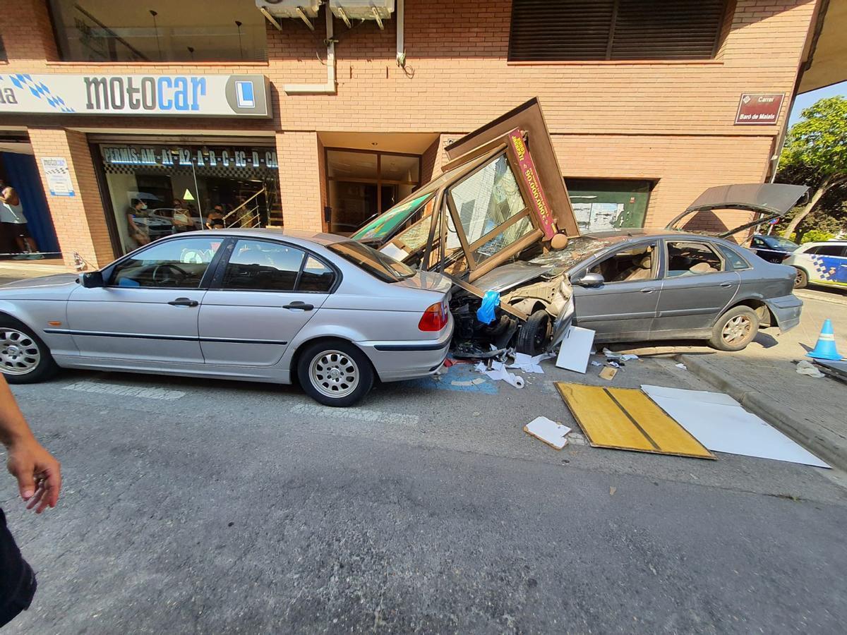 El vehículo empotrado contra la caseta de la ONCE.