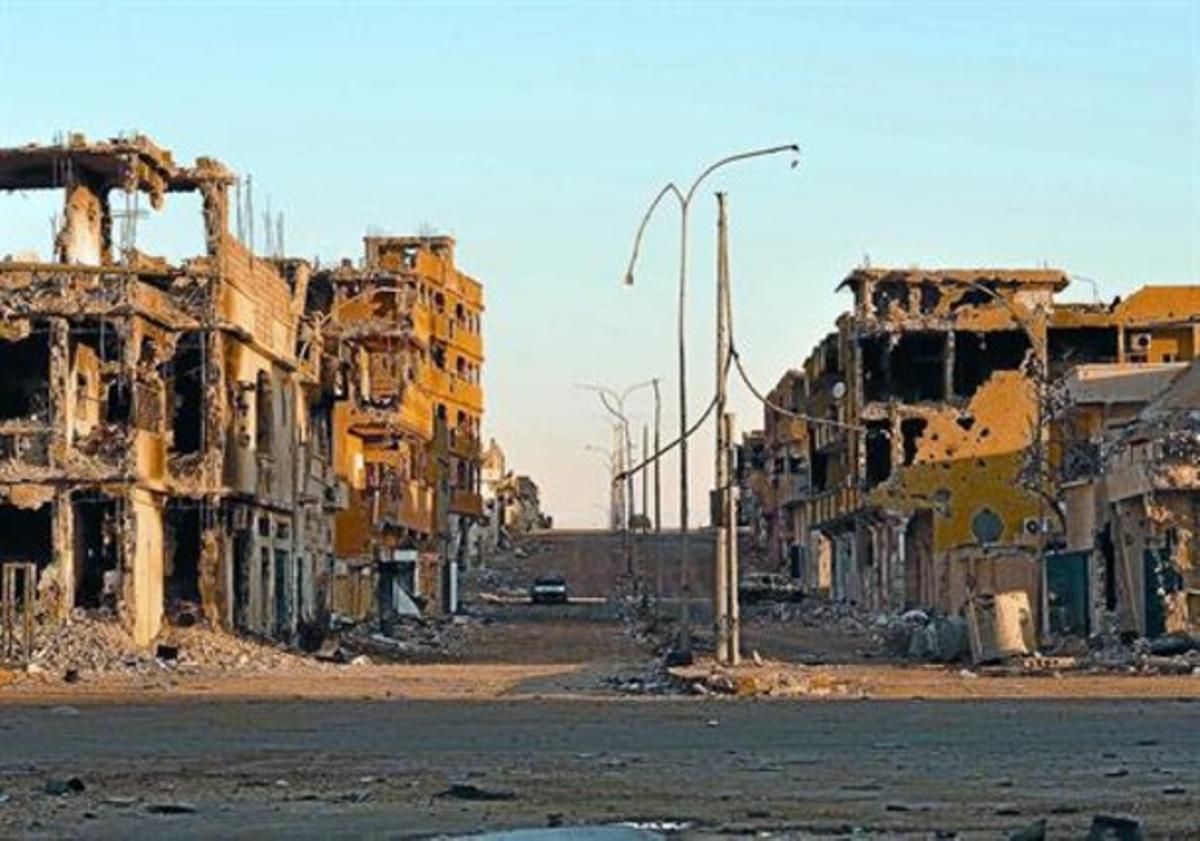 Casas destrozadas en una calle del área devastada donde se escondía Gadafi, ayer en Sirte.