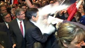 Unjoven ha lanzado harina al candidato conservador francés, François Fillon durante un mitin.