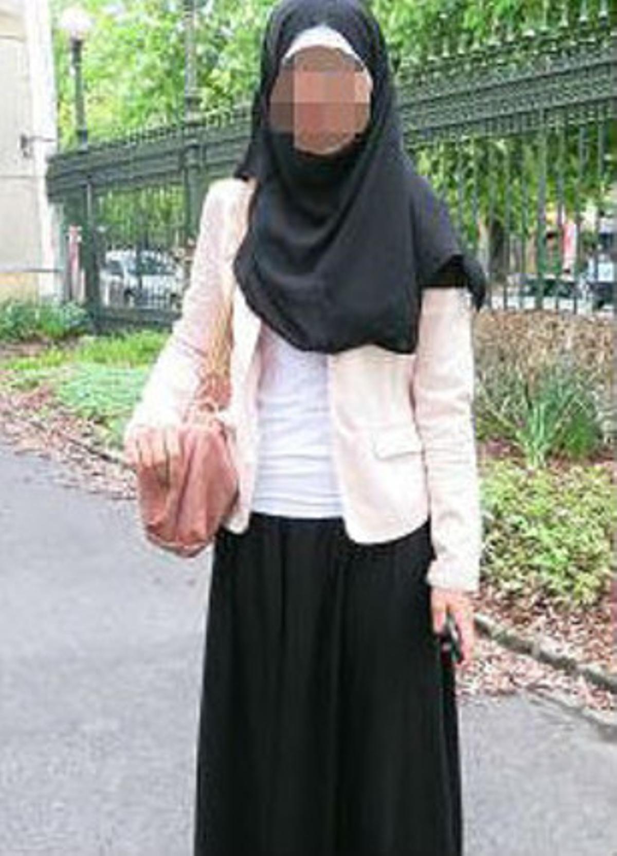 La joven musulmana, con el velo islámico y la polémica falda negra.