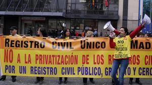 Protesta contra la privatización, ante el Registro Civil de Madrid.