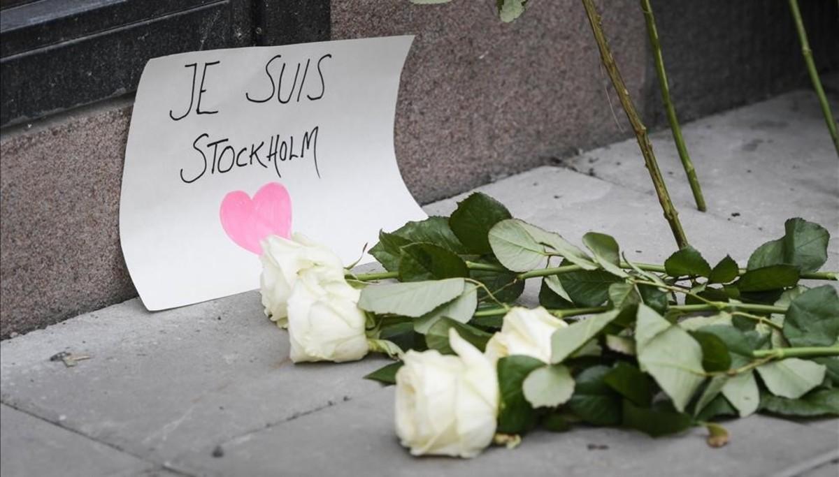 Rosas cerca del lugar del atentado de Estocolmo.