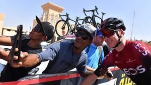 Chris Froome se fotografía con unos aficionados en los Emiratos Árabes, el martes, 25 de febrero.