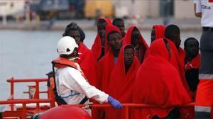 Inmigrantes rescatados de una patera llegados a Málaga.