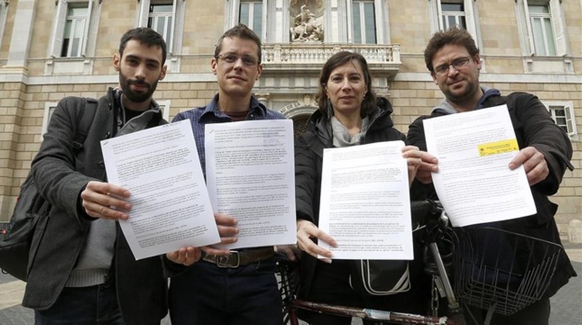 Integrantes del grupo de trabajo contra la corrupción antes de presentar su escrito en Presidència.