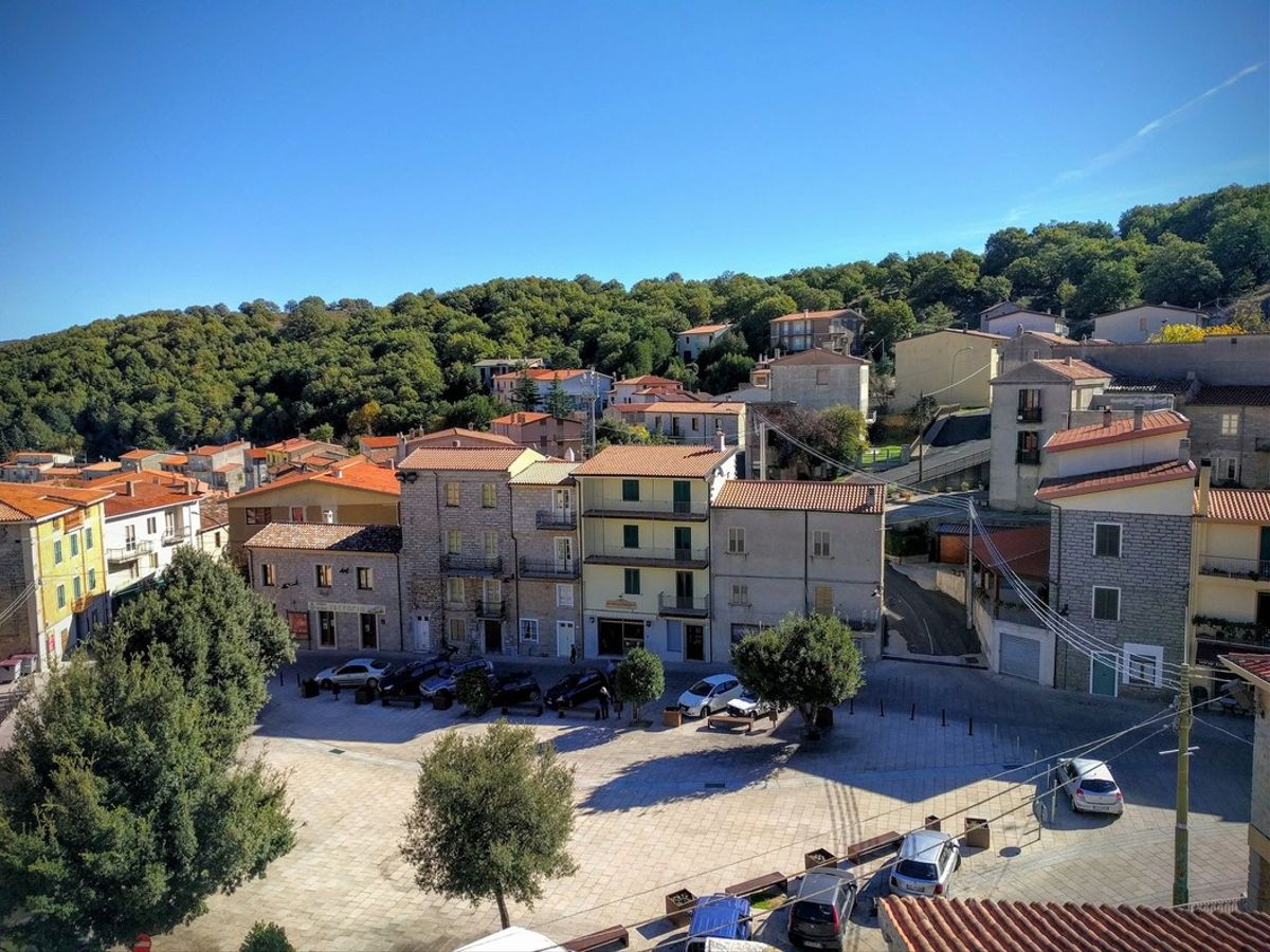 Plaza del pueblo de Ollolai, en la provincia de Nuoro, en el interior de Cerdeña.