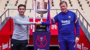 Marcelino y Koeman se saludan ante el trofeo de la Copa del Rey en La Cartuja de Sevilla.