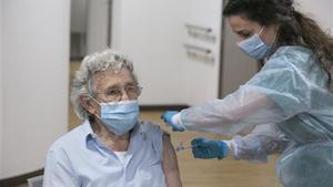 Alberto Díaz, usuario de una residencia de Gijón recibe la segunda dosis de la vacuna Pfizer-BioNTech.