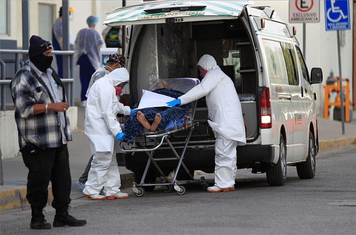 Personal médico traslada a un enfermo de COVID-19 en México.