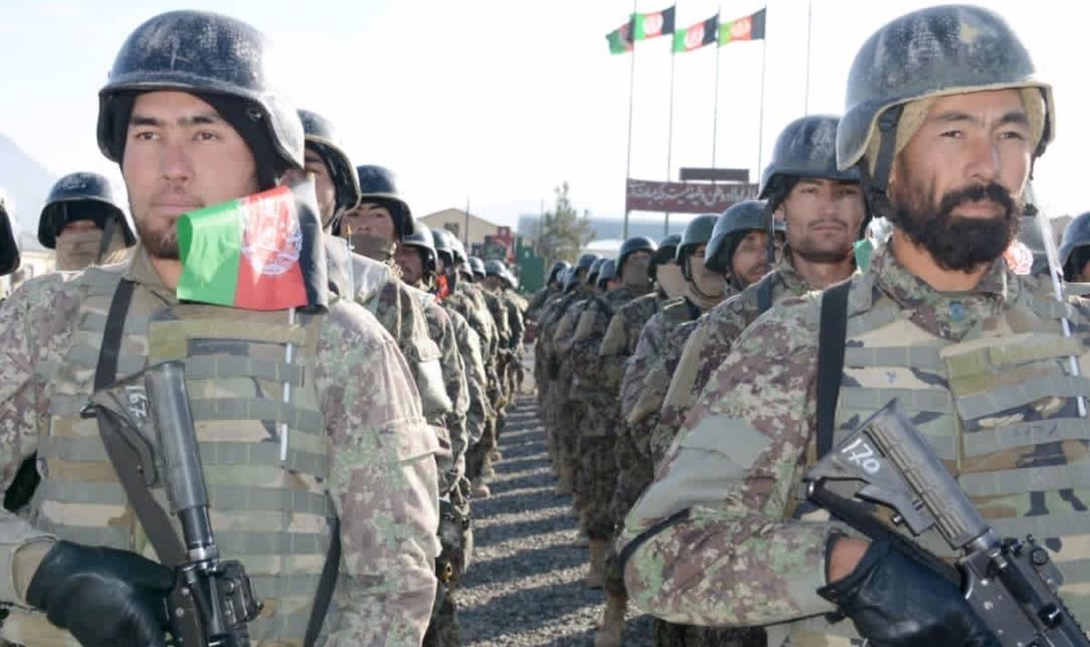 Militares del Ejército afgano desplegados en formación en un cuartel afgano.