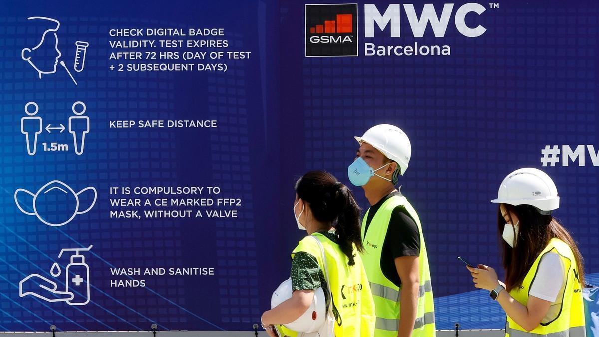 Trabajadores acceden al recinto ferial del Mobile World Congress, el pasado día 25.