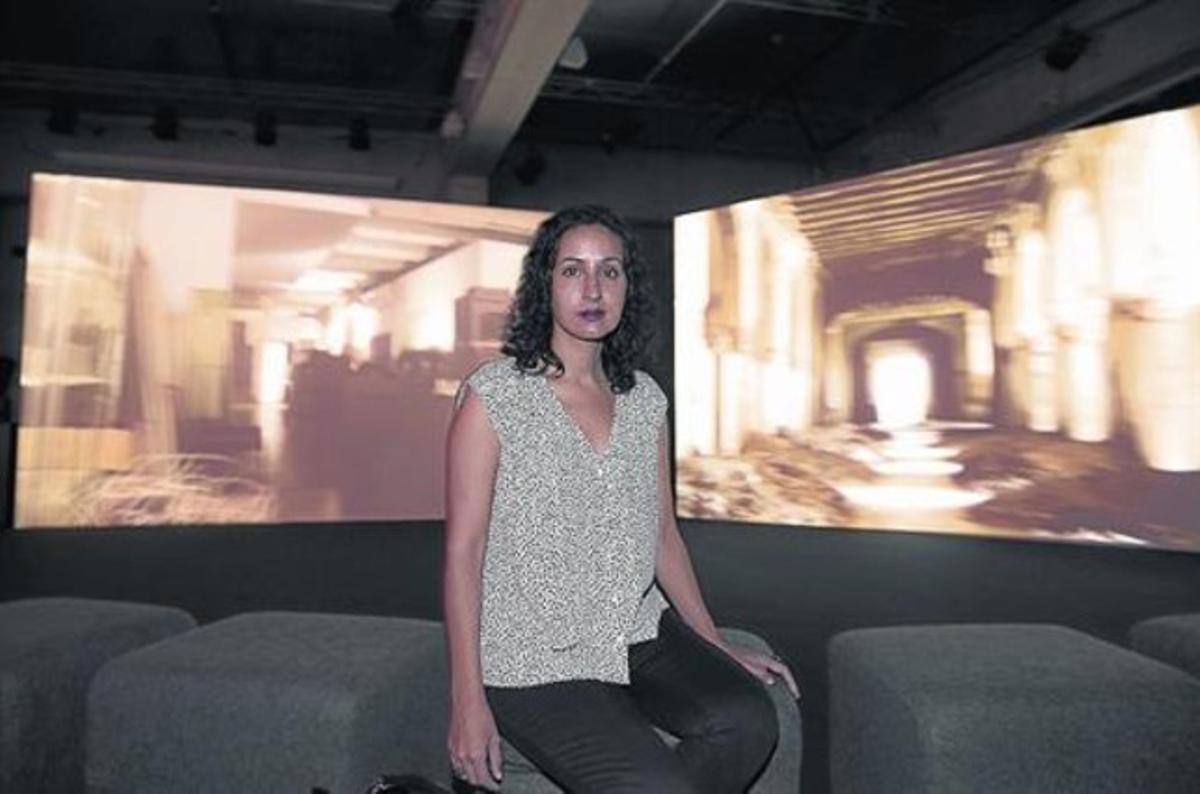 Protagonista 8 Mariam Ghani, ayer en el CCCB junto a su pieza 'A brief history of collapses'.