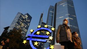 (FILES) In this file photo taken on October 21  2020 people wearing face masks walk in front of the euro sign at the former ECB headquarters in the city center of Frankfurt am Main  western Germany  - The European Central Bank is expected Thursday to unleash more stimulus to help shore up a eurozone economy devastated by the coronavirus pandemic  analysts said  in a move eagerly awaited by financial markets   The Frankfurt institution already has a 1 35-trillion-euro ( 1 6-trillion) emergency bond-buying programme in place  but ECB chief Christine Lagarde all but promised in October that extra support was on the way  (Photo by Yann Schreiber   AFP)