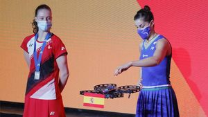 Carolina Marín recibe la medalla de oro de un dron.
