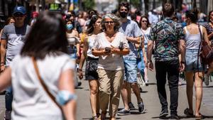 Una mujer pasea por el centro de Madrid sin mascarilla, este sábado.