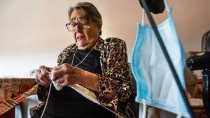 Amparo Balaguer, de 82 años, en su domicilio de Lleida.