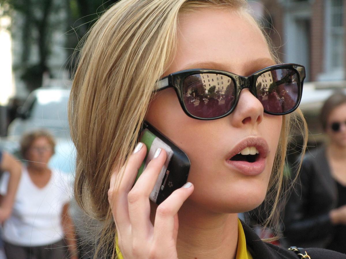 Una mujer hablapor el móvil.