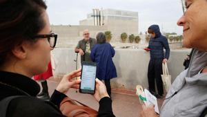 Dos personas usan la 'app' de D-NOSES en la zona del Fòrum, esta semana.